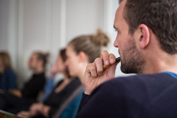 Tijdens de workshop Spreken met Impact leer je een aantal basiselementen van de opleiding Spreken met Impact. In de Workshop Go Storytelling zet je de eerste stap met storytelling en de why van het verhaal dat je wereld in wilt brengen.