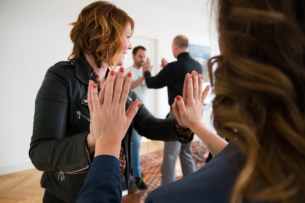 Wil je de sfeer proeven en kennis maken met onze opleidingen Spreken met Impact of Go Storytelling? Kom dan naar één van de workshops in Amsterdam! Wij geloven dat mensen enorm snel groeien als je ze krachtiger en helderder leert communiceren. Onze trainingen gaan daarom altijd over krachtige communicatie. Dit is vaak de communicatie met de ander, maar ook de communicatie met jezelf.